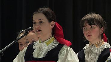 Kateřina Gorčíková a ženy z Nivničky ... 28.2.2009 ... foto: z DVD