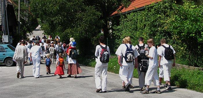 táborníci odcházejí na tábořiště ... 7.8.2009 ... foto: Vlastimil Ondra